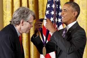 U.S. President Barack Obama presents author Stephen King with the National Medal of Arts during a ceremony at the White House in Washington September 10, 2015.  REUTERS/Kevin Lamarque  - RTSJEK
